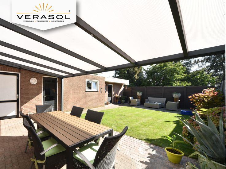 Je tuin overkappen op een strakke en moderne manier? Dat kan met een Profiline veranda. Deze antraciete moderne overkapping heeft een dak van polycarbonaat. #tuin #inspiratie #overkapping #verasol