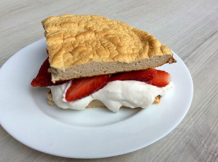 """Piškotová omeleta z pohankové mouky s kokosovou """"šlehačkou"""" a jahodami"""