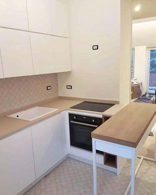 Montaggio appena completato di cucina su misura laccata ...