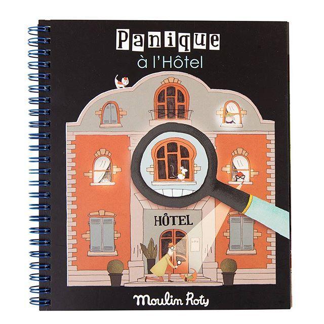 C'est parti pour une nouvelle enquête ! Chaque page du livre représente une pièce plongée dans l'obscurité, qui renferme des énigmes ! La loupe dévoile les mystères... #moulinroty #moulin_roty #nouveau #new #espion #livredactivites #loupe #enquete #enigme #jeu #kids #memoiredenfant
