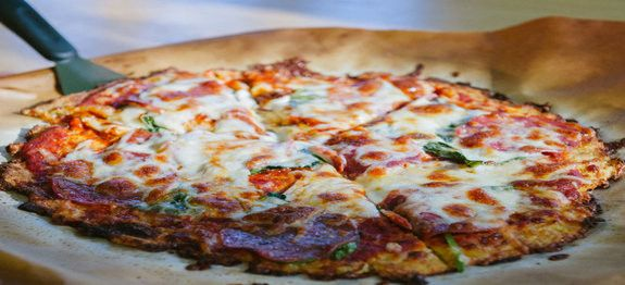 Een lekker koolhydraatarm hoofdgerecht, bloemkoolpizza. Een pizza met een bodem van bloemkool? Ja ook ik had er mijn bedenkingen bij. Ik heb het geprobeerd en hij was super lekker! Het gekke is dat je de bloemkool nauwelijks proeft, het is net een echte pizza.