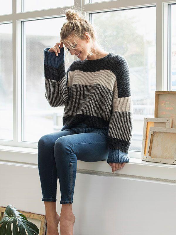 Skøn, tyk sweater med brede striber i helpatent. En af striberne er strikket i tofarvet patent, der giver en flot meleret virkning. Få en strikkeopskrift her.