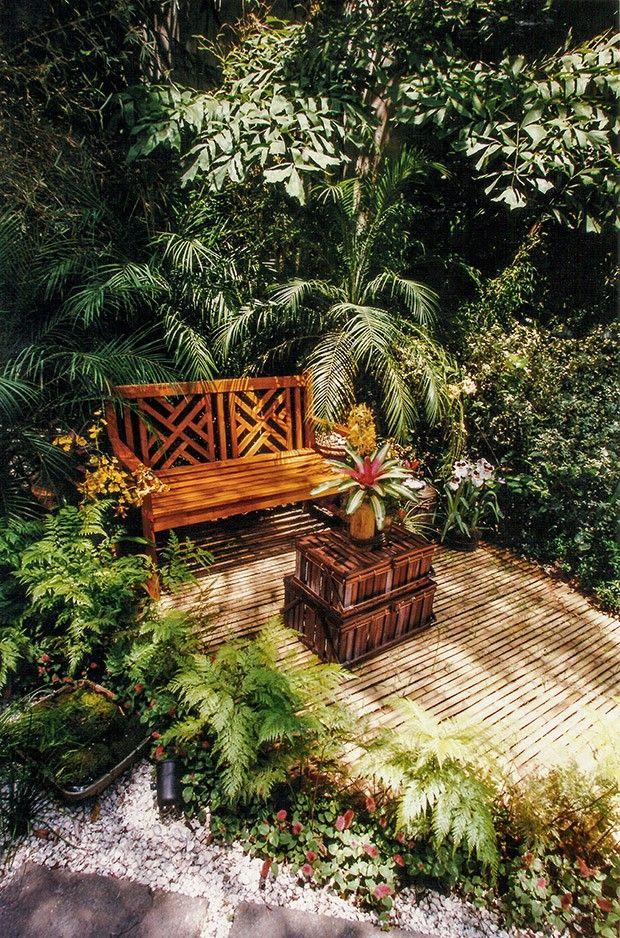 O jardim da mostra Casa Cor Rio de Janeiro tem adoráveis cantos de estar emoldurados por densa vegetação, com plantas de diferentes portes e texturas. Projeto do escritório Cáqui Fontes/Flor de Liz.