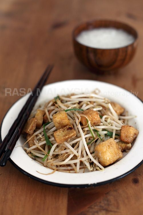 Bean Sprouts with Tofu Puff recipe - This bean sprouts recipe is good with either porridge or steamed rice. It's super easy to prepare and you can make it with salted fish, too, if you like. Otherwise, substitute tofu puff with bean curd (tofu) for a more substantial meal. #30-minutemeals #tofu