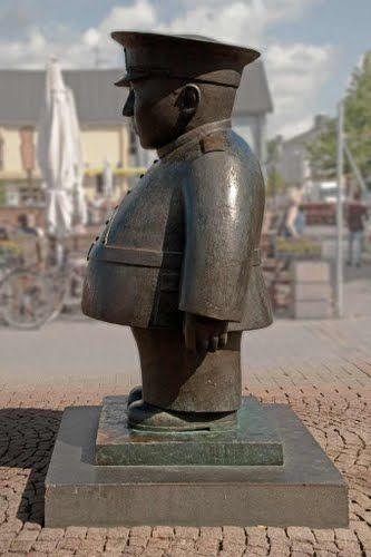 """Oulu:  Kaarlo Mikkonen's """"Oulun Toripoliisi"""" (1987). Tässä on poliisi-patsas Oulusta.  By: Vilmiina"""