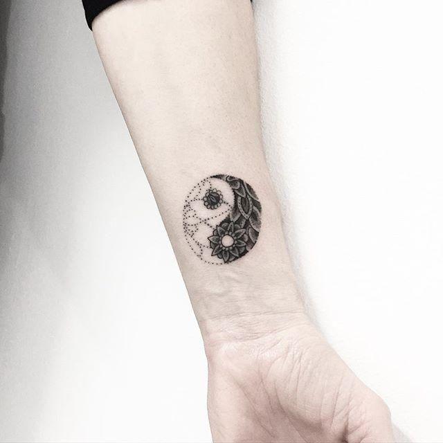 Yin Yang delicada, feminina e graciosa no braço.