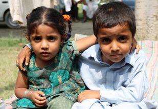 Jongen en meisje in een vluchtelingenkamp in Pakistan.: