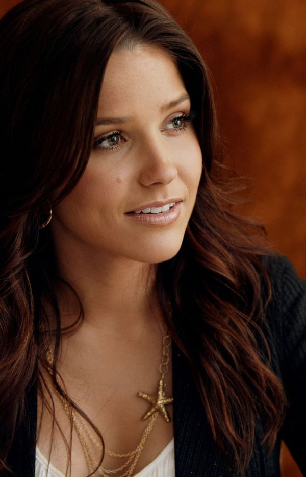 absolutely gorgeous hair!! pretty necklace too, heck i wish i could be half as pretty as sophia in general haha :)