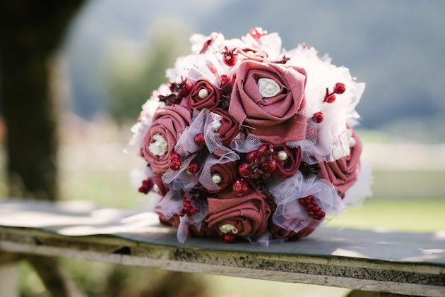 Hochzeit, Schuhe, Strauß, DIY, Stoff färben, Upcycling, Harley, Hochzeitsstrauß, rote Schuhe, Brautschuhe, Brautstrauß, Simplicol, Anleitung, Perlen, Brosche, Armband, Beeren, rot, rosa, weiß, Anstecker, Braut, Bräutigam, Trauzeuge, Trauzeugin, wedding, best men, maid of honor, fabric, bridal bouquet, shoe, red,
