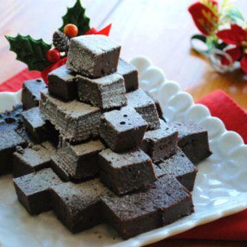 今日も「ホットケーキミックス×炊飯器」レシピ 「超簡単!濃厚ガトーショコラ」 ケーキ作りが苦手な方でも とっても簡単にできちゃいます 混ぜて、炊飯器に入れるだけ 今回は、クリスマスバージョンにしましたが、バレンタインにもいいですよ クリスマスの食卓に いかがですか〜 ★ 材料(一升炊きの炊飯器) ・ホットケーキミックス 50g ・純ココア 50g ・チョコレート 100g ・卵...