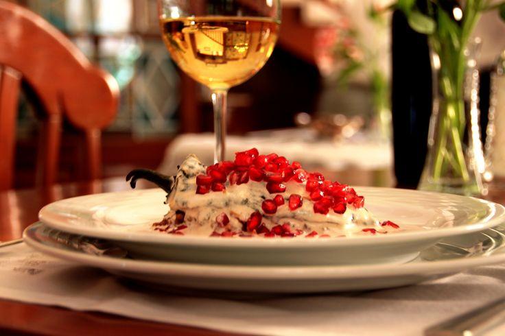 TRADICIONAL CHILE EN NOGADA, maridado con una copa de vino blanco Auro, 100% chardonnay; de la casa de Barón Balche. Gastronomia mexicana