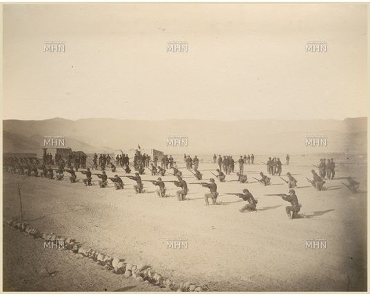 guerrilleros del Regimiento Esmeralda haciendo prácticas de tiro durante la Guerra del Pacífico  --  MHN