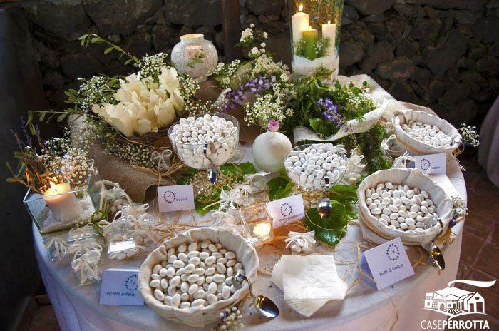 Allestimento confettata matrimonio con edera, coni e confetti vari gusti