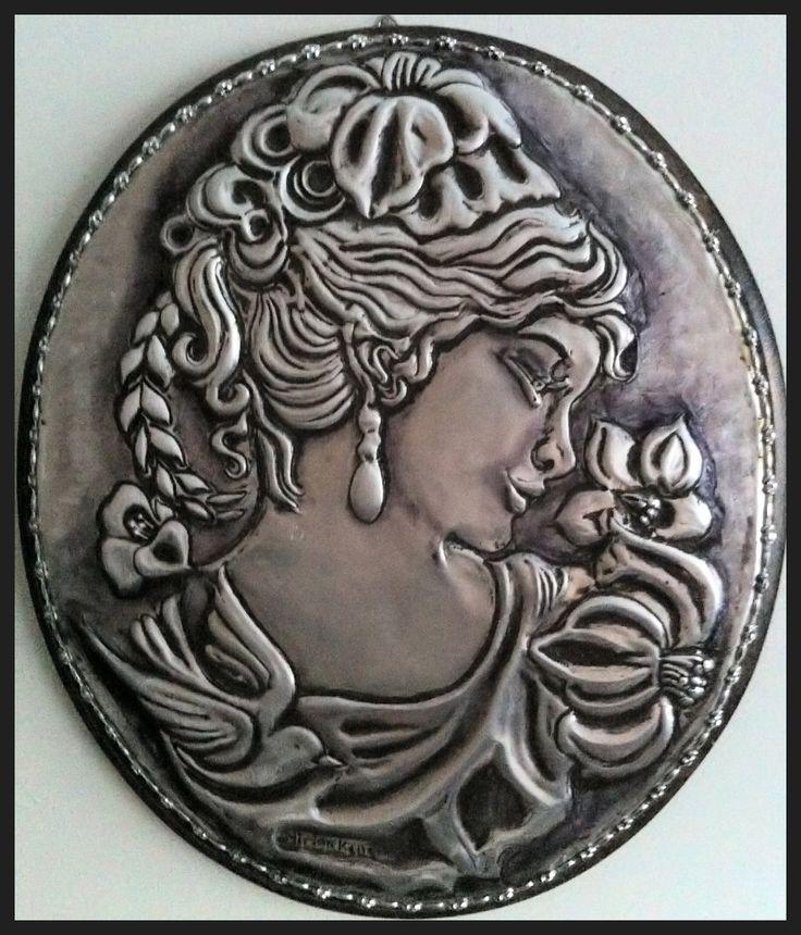 "Camafeu ""Marselha"" - Repujado em lâmina de alumínio.- by Mirian Keller"