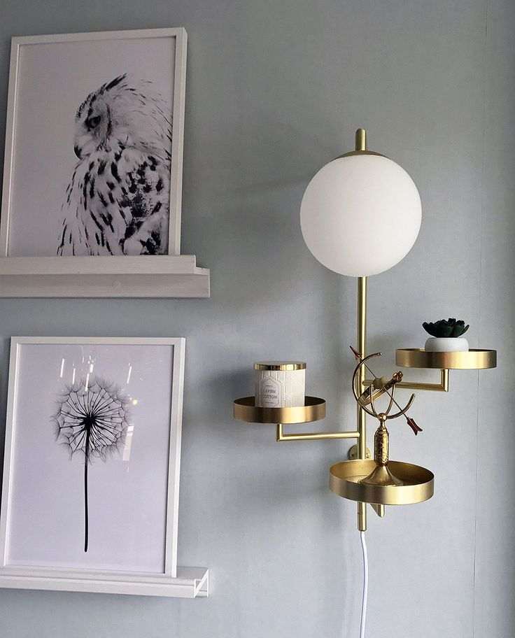 Vegglampen Astoria var vinneren av Hus & Hems designtävling i 2016 og er designet av Anna Landerholm for Globen Lighting. Astoria kombinerer funksjon og design på en flott måte og kan anvendes i alt fra stue til gang, som pidestall og sengelampe. Pynt den med ditt fineste nips og dine flotteste planter!