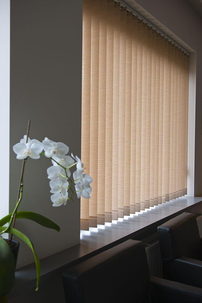 Stoffen verticale lamellen van Louverdrape®. Er is een uitgebreide keuze aan stoffen en kleuren. Textiellamellen in een open en licht weefsel zorgen voor veel warmte en licht.