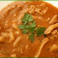 Babiččina dršťková polévka 1 lžíce mletá paprika 2 lžíce sušená majoránka 2 ks cibule 80 g hladká mouka 600 g dršťky 1 lžička mletý pepř 1/2 lžičky drcený kmín 1,5 l silvý vývar 5 stroužků česnek 70 g sádlo