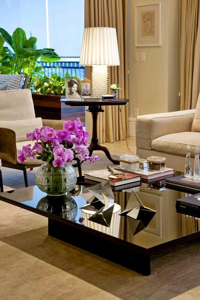 Conheça os elegantes espaços de Zize Zink | tempodadelicadeza Find more stunning ideas and amazing upholstered furniture pieces at ottiu.com