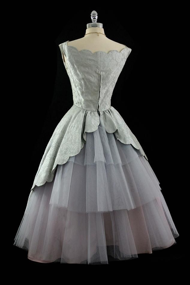 ~Love the back of this 1950s dress~