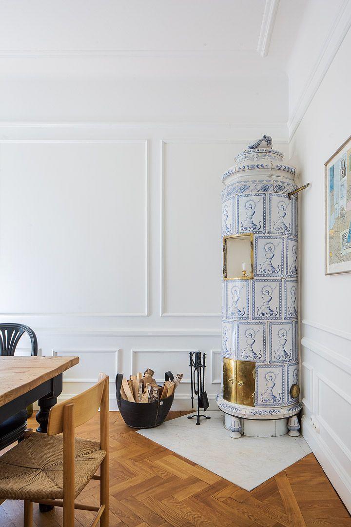 Charmerande hörnlägenhet med solig balkong, stort ljusinsläpp och vacker kakelugn. Lägenheten, som ligger helt tyst mot innergård, har fönster i tre vädersträck och grön utsikt åt alla håll. Tilltalande planlösning. Matrum med vacker kakelugn i 1700-talsstil och utgång till balkong. Stilrent kök med gott om förvaring och bänkytor. Rymligt vardagsrum. Lägenheten kan disponeras med upp till tre sovrum. Modernt vitt badrum med dusch och wc, och separat gäst wc. Lägenheten är genomgående…