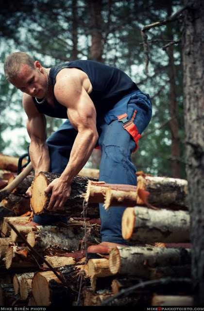 aaaand, let the wood comments rip..... #HunkDay #SexyWoodsman