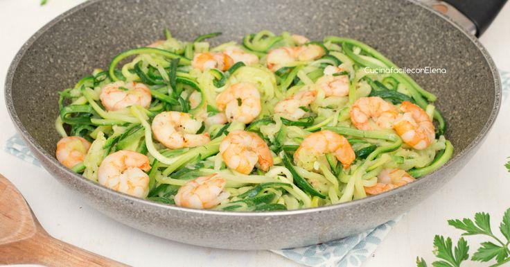 Gli spaghetti di zucchine e gamberetti sono un piatto molto semplice e veloce da preparare, gustosissimo ma leggero e con poche calorie!