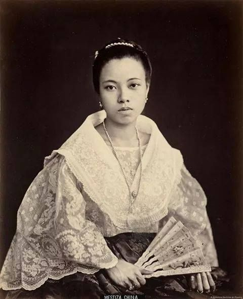 The manilena mestizo de Sangley or Chinese with Tagalog, in pineapple fiber shirt