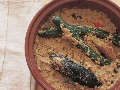 昔ながらのぬか漬け生ぬか 1kg 【A】 ・粗塩 130g ・水 カップ4 ・昆布 (10cm角) 1枚 ・赤とうがらし 2~3本 ・捨て漬け用のやさい 適量 *かぶの葉、大根の皮、キャベツなど ・本漬け用の野菜 適量 *きゅうり、なす、オクラ、など野口 日出子