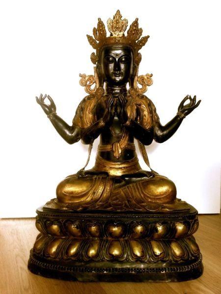 Diese wunderschöne handgemachte Einzeltück stammt aus einer größeren hochwertigen Sammlung. Nach der Fertigstellung haben tibetische Mönche Gebete in den Hohlraum der Lotusblüte eingeschlossen um die Kraft der Tara zu verstärken. In Händlerkreisen würde dieses einzigartige Exemplar sicherlich um einiges mehr kosten. Bedeutung der weißen Tara ist: heilende Liebe, Klärung und Reinigung. Sie wird als Beschützerin und innere Führerin verehrt. Ich persönlich finde Ihre Energie sehr kraftvoll und…
