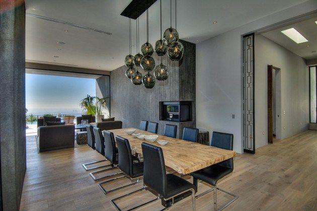 600 m2 y ubicada en el barrio de Doheny, con impresionantes vistas de Los Ángeles. 5 habitaciones todas ellas tipo suite con baño privado, armarios de madera de nogal. Destaca la cocina Bulthaup con electrodomésticos Gaggenau, 2 baños para las visitas, zona de comedor y varias estancias de televisión, bodega, sala de proyección…y garaje para 3 coches. Exterior con terraza, piscina tipo infiniti y zona chill-out con chimenea. #casasmodernas #livingkits #casas #modernas #salones #lujo