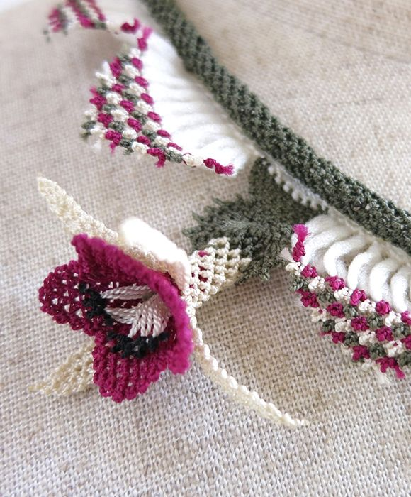 イーネ・オヤ刺繍針で作る繊細なレースフリンジのついた清楚なピンクと白のシルクコードネックレス