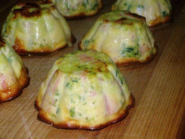Этот омлет готовится очень просто и получается очень вкусным и очень сочным.