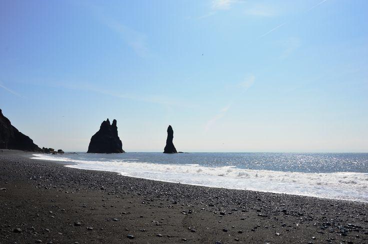 #day4 #Iceland #AtlanticOcean #Reynisfjara Холодные, зелёные океанские волны северной Атлантики, в обрамлении белоснежной пены, непрерывно накатываются на черный песок. Близко от берега из воды поднимаются причудливые базальтовые скалы Рейнисдрангар.