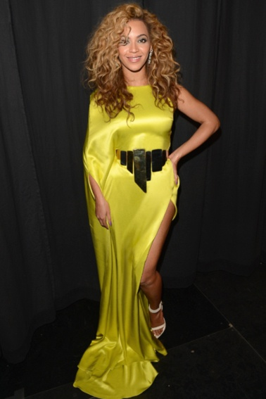 """Hollywoods kurvede divaer svarer igen - - Elle. Beyoncé Den smukke sangerinde tabte sig meget og hurtigt til filmen """"Dream Girls"""", hvilket hun modtog hård kritik for. Efterfølgende, da hun tog vægten på igen, gik der rygter om, at hun var gravid. Hvad gjorde sangerinden ved det? Hun skrev kæmpe-hittet """"Bootylicious"""", som fejrer kvinders forskellige kroppe og kurver."""