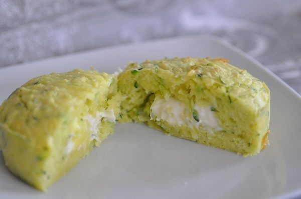 Aujourd'hui nous mangerons des légumes...et du fromage ! Je vous propose un petit plat simple et rapide à faire, idéal pour un repas du soir. Il s'agit de petit moelleux aux courgettes avec un cœur fondant voire coulant à la vache qui rit.Pour 8 moelleux...