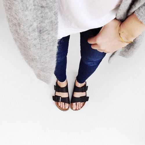 Outfit with dark jeans and Birkenstocks