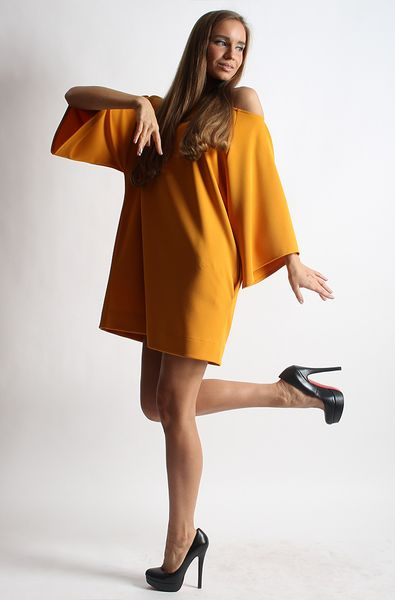 Yellow midi tunic dress with side pockets. This style defines the loose fit and flatters your waist. Wear it with bare legs and pumps now, switching to tights and ankle boots when the weather cools.