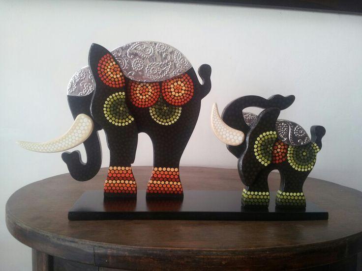 Elefantes pintados estilo puntillismo, con aplicaciones de aluminio repujado