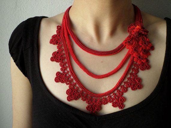 Collar de ganchillo con cuentas rojas se crea con algodón y fibras de acrílico, granos de la semilla de cristal rojo y Borgoña carmesí, está