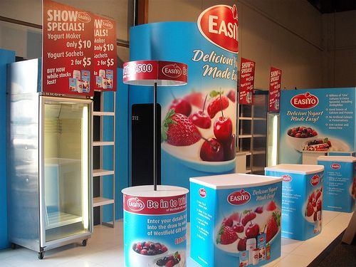 Easiyo stand with portable demonstration tables and modular exhibition walls
