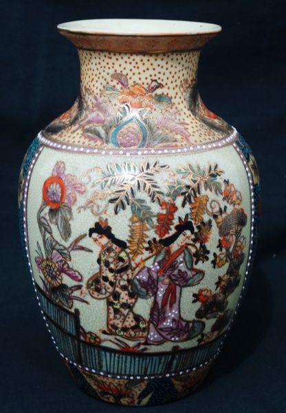 """Vaso japonês antigo, Satsuma(Coleção do acervo do atelier de reciclagem no centro histórico de Petrópolis """" Arte de antigamente"""" )Med. 26cm de alt. 16cm de diâmetro. Selo na base."""