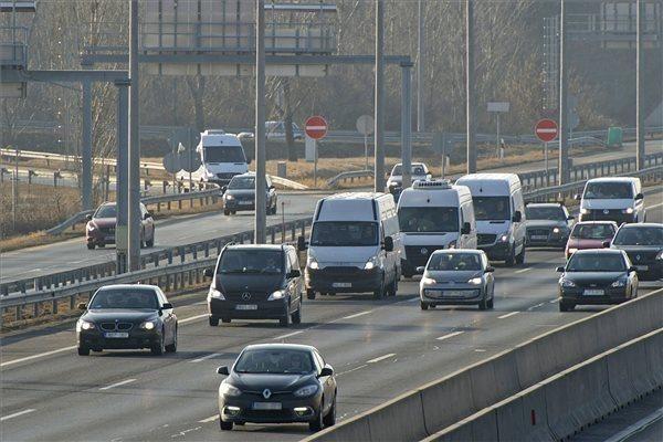 A veronai buszbaleset 16 halálos áldozatának holttestét szállító konvoj az M1-M7 autópálya bevezető szakaszán | MTI Fotó: Lakatos Péter - PROAKTIVdirekt Életmód magazin és hírek - proaktivdirekt.com