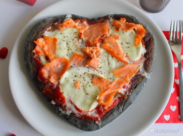 Cuore di pizza al carbone vegetale con mozzarella di bufala e salmone - Fidelity Foto