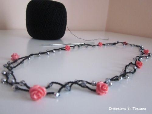 Collana all'uncinetto con pietre trasparenti con sfumature argentate e rose