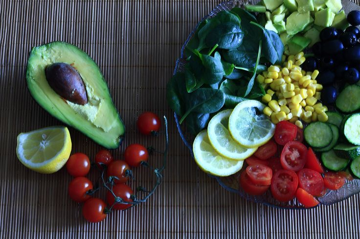 Insalata ricca con spinacini e avocado