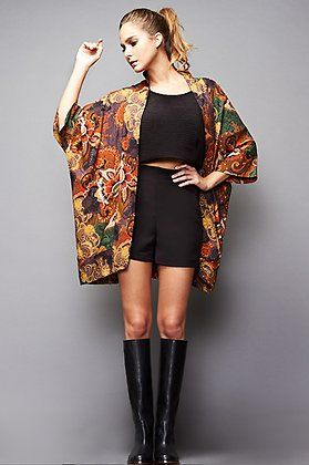 Natalia Sánchez con sorts de Cayro, top de @veromodafashion, kimono de Glamorous y botas @pikolinos.