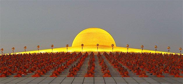 02 - Monjes budistas rezan mientras promueven la paz mundial en el templo Wat Phra Dhammakaya en la provincia de Pathum Thani, cerca de Bangkok, Tailandia, en abril de 2012.
