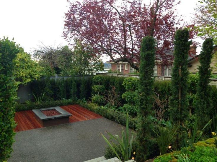 Zierbäume im kleinen Garten - Holzterrasse und Feuerstelle