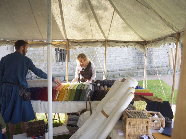 Met stof van de markt en een patroon van www.naaipatronen.nl kun je zelf iets maken. Zie ook http://www.pinterest.com/merryfolkfest/middeleeuws-kostuum-maken/, photo by Merry Folk Medeltidsveckan http://www.medeltidsveckan.se/