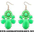 Oorbellen-goudkleurig-met-hanger-van-groene-steentjes